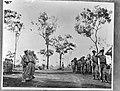 Defilé van Australische militairen dat wordt afgenomen door een rij Nederland, Bestanddeelnr 935-3350.jpg