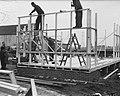 Demonstratie van een bouwpakket emigrantenwoning door een aannemingsbedrijf in, Bestanddeelnr 904-4316.jpg