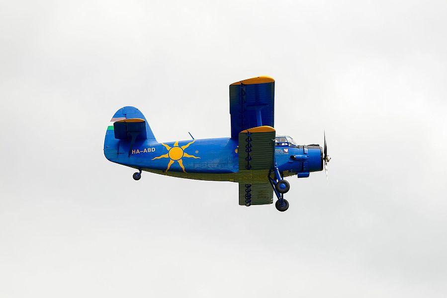 """Antonov An-2 de l'association """"GenAIRation Antonov"""", lors du meeting aérien de clôture du championnat de France 2016 de voltige aérienne. Aérodrome de Dijon-Darois (Côte d'Or, Bourgogne-Franche-Comté, France)."""