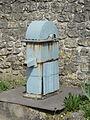 Duvy (60), pompe - fontaine publique, rue de l'Église.JPG