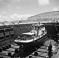Een schip in een droogdok in de haven van de olieraffinaderij van de CPIM op de , Bestanddeelnr 252-7741.jpg