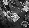 Een zieke wordt op een brancard uit het vrachtschip Boskoop geladen in de haven , Bestanddeelnr 252-7217.jpg