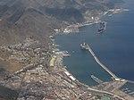 El puerto y la ciudad de Santa Cruz de Tenerife, desde un avión de pasajeros, Canarias, España, Spain.jpg