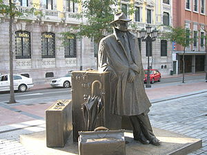 Travel - A statue dedicated to the traveler in Oviedo, Spain