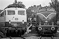Elektrolok 110 444-7 und Diesellok 221 114-2 Deutsche Bundesbahn im Bahnhof Emmerich-0496.jpg