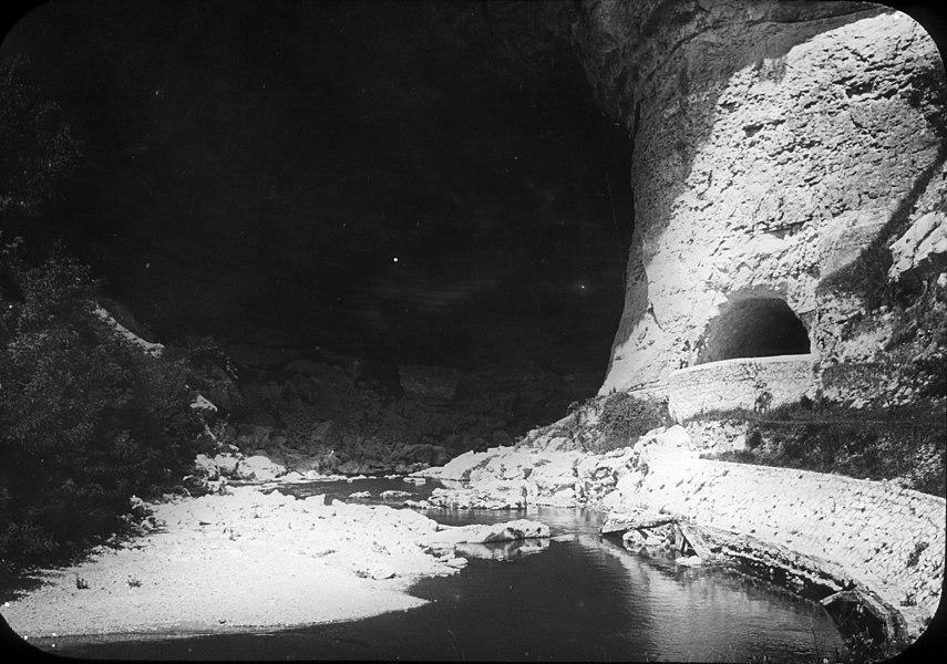 Fonds Trutat - Photographie ancienne  Cote: TRU C 439 Localisation: Fonds ancien Original non communicable  Titre: Entrée de la grotte, Mas d'Azil  Auteur: Trutat, Eugène Rôle de l'auteur: Photographe  Lieu de création: Mas d'Azil (Ariège) Date de création:: 1859-1910 [entre]  Mesures: 10 x 9 cm  Mot(s)-clé(s):  -- Roche -- Grotte -- Cours d'eau -- Ruisseau  -- Mas d'Azil (Ariège) -- Plantaurel, Massif (France) -- Arize (France; vallée)  -- 19e siècle, 2e moitié -- 20e siècle, 1e quart  Médium: Photographies Médium: Positifs sur plaque de verre -- Noir et blanc -- Positifs au collodion sur plaque de verre -- Paysages   Bibliothèque de Toulouse. Domaine public