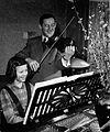 Erich Donnerhack mit Tochter Ingrid bei der Hausmusik um 1950.jpg