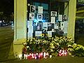 Estació de Sant Gervasi amb flors, espelmes i missatges per la mort d'en Alfonso Bayard P1470955.jpg