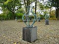 Familie van veertien bronzen beeldjes door Karola Pezarro.jpg