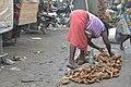 Femme au marché - vendeuse de Patate douce.jpg