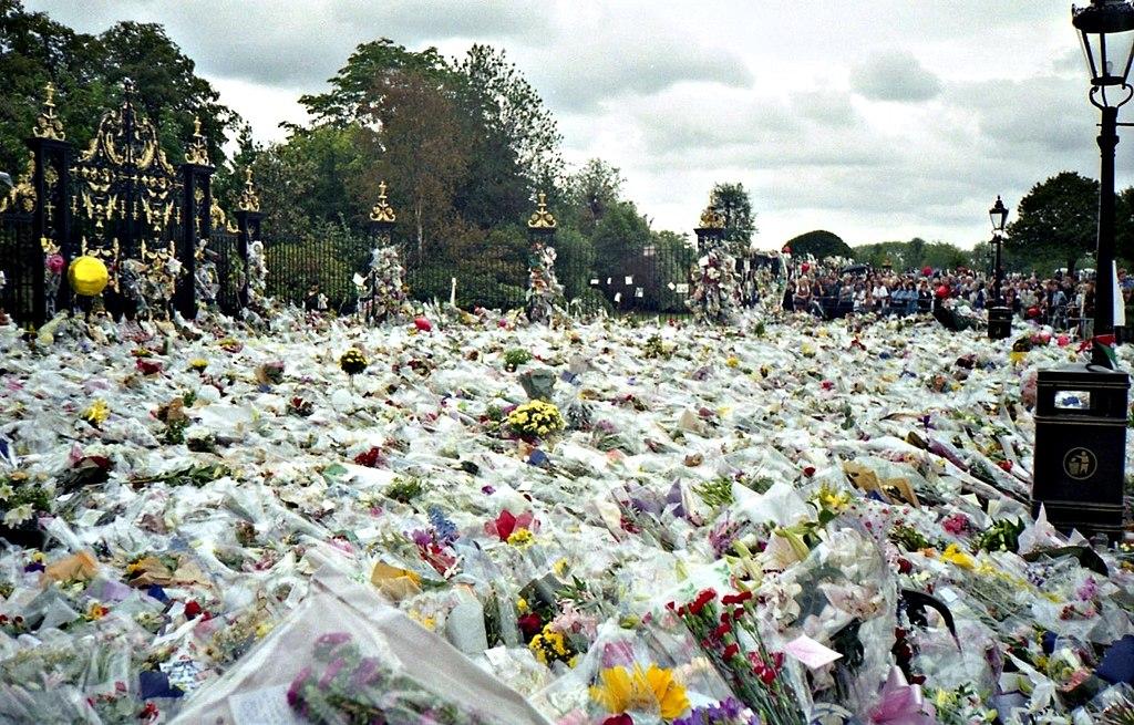 Flores en homenaje a lay Di, a las afueras del Palacio de Kensington (Londres).