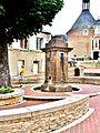 Fontaine devant l'entrée du château.jpg