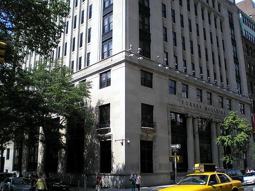 マンハッタンの5番街にあるフォーブスの旧本社(現在はニューヨーク大学が所有)Wikipediaより