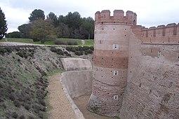 Mediante la creación de un foso, el castillo podía defender su base de los efectos de la artillería.