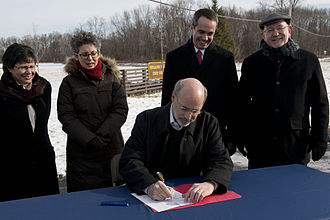 Tom Wolf (politician) - Governor Wolf as he signs an executive order to ban fracking in state parks on January 29, 2015 while others look on