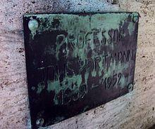 Grabplatte für Johannes Hartmann an der Ruhestätte Max Klingers in Großjena (Quelle: Wikimedia)