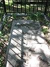 foto van Restant van de in 1829 op het voormalige bastion bij de Haag(se)poort, het huidige Kalverbos, aangelegde gemeentelijke begraafplaats. Vier graven, waaronder het graf Karl Wilhelm Naundorff