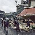 Groentenstal voor café La Pointe St Eustace, Rue de Montmartre, Parijs, Bestanddeelnr 255-9987.jpg