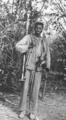 Guerrilheiro do PAIGC transportando um lança granadas.png