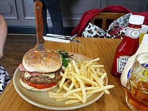 Hamburger e patatine fritte con ketchup e maionese, un tipico menù da fast food