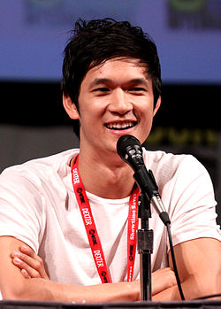 Harry Shum Jr. posant en tant que Mike Chang