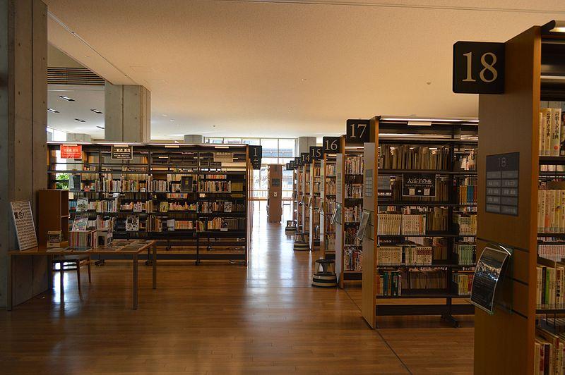 File:Hida City Library 1F bookshelves ac (3).jpg