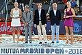 Higueras entrega el premio Mutua Madrid Open a Kvitova, la primera tenista tricampeona del torneo 01.jpg