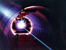 Simulazione di impatto ad alta velocità. Un proiettile a 27.000 chilometri orari colpisce un bersaglio fermo, il flash è generato dalla disintegrazione del proiettile sul bersaglio