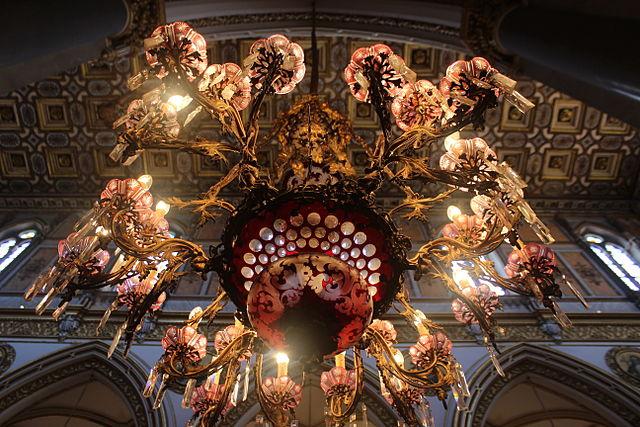 Lustre dans l'église San Domenico Maggiore à Naples. Photo de Miguel Hermoso Cuesta.