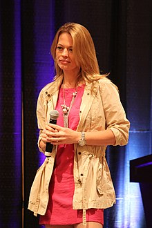 Wikipedia: Jeri Lynn Ryan at Wikipedia: 220px-Jeri_Ryan_by_Gary_Burke_%282010%29