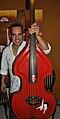 Julio Badillo con su contrabajo rojo.jpg