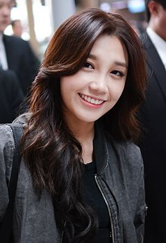 Jung Eunji at Incheon airport, 27 March 2015.jpg