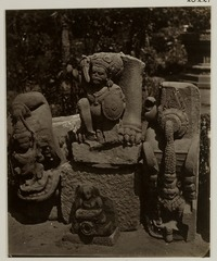 KITLV 28221 - Isidore van Kinsbergen - Sculptures belonging to a temple gate and an aqueduct at Yogyakarta - 1865-07-1865-09.tif