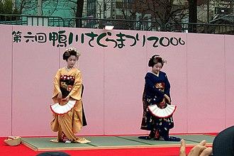 Due maiko che danzano con il ventaglio. Kamogawa, Tokyo.