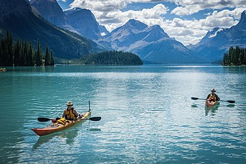 Kanus auf Maligne Lake.jpg