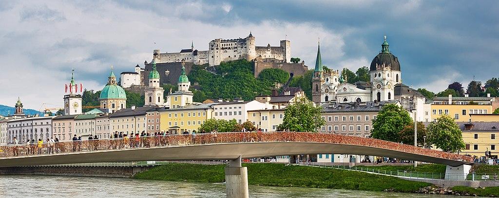 Blick über die Salzach auf die Altstadt von Salzburg (Vordergrund) und die Festung Hohensalzburg (Hintergrund); UNESCO-Welterbe in Österreich