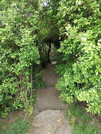 King George's Fields (Monken Hadley) - Footpath through the bushes.