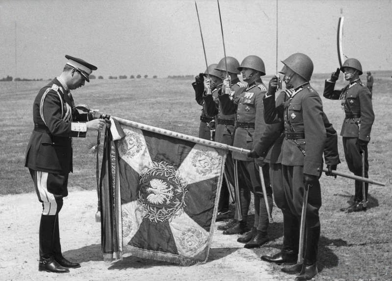 Król Rumunii Karol II dekoruje orderem Michała Walecznego sztandar 57 pp (1937)