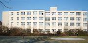 Südseite des Krankenhauses mit dem Hubschrauberlandeplatz