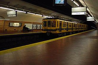 Belgrano (Buenos Aires Underground) - Image: Línea E, andén de la estación Belgrano (Buenos Aires, septiembre 2008)