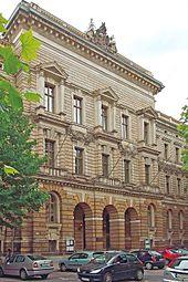 Внешний вид неоклассического здания XIX века с улицы