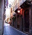 Lampioni rossi tra i vicoli di Ortigia.jpg