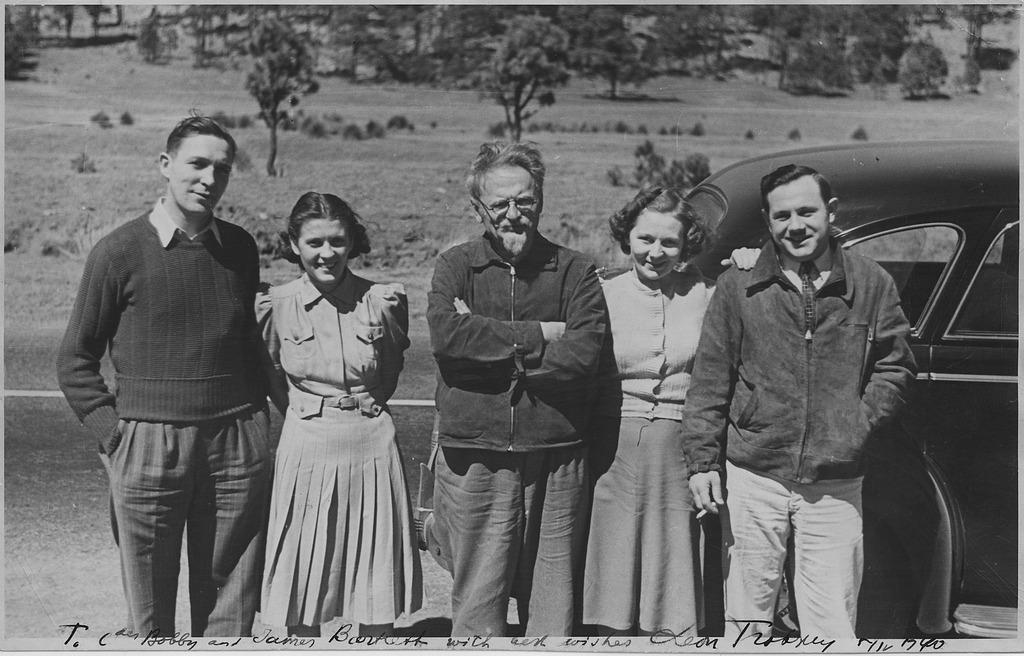 León Trotski, en el centro, con unos admiradores en México poco antes de su asesinato.