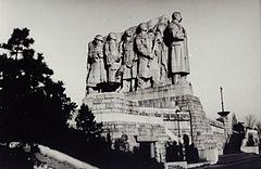 41e573fdc91 Stalinův pomník. Pohled ze západní strany z přístupového chodníku na Letenskou  pláň