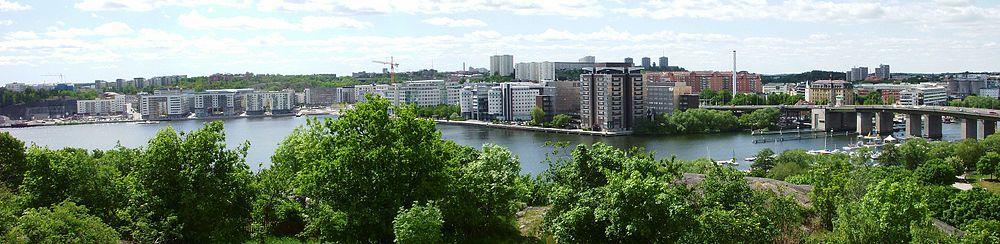 Liljeholmens østlige del;   panoramavy fra Tantolunden i juni 2010.   Til venstre ses det nye boligområde ved Årstadalhavnen, i midten kontorbygningerne ved Marievik, blandt dem Marievik 15 og til højreLiljeholmsbroen.   Bag Liljeholmsbroen skimter Liljeholmsviken og Liljeholmhavnen.   Længst til højre begynder Södermalms bebyggelse.