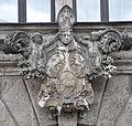 Linz Kremsmünstererhaus Portal Wappen.jpg