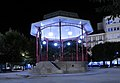 Lugo, templete o kiosko, Plaza Mayor, vista nocturna.jpg