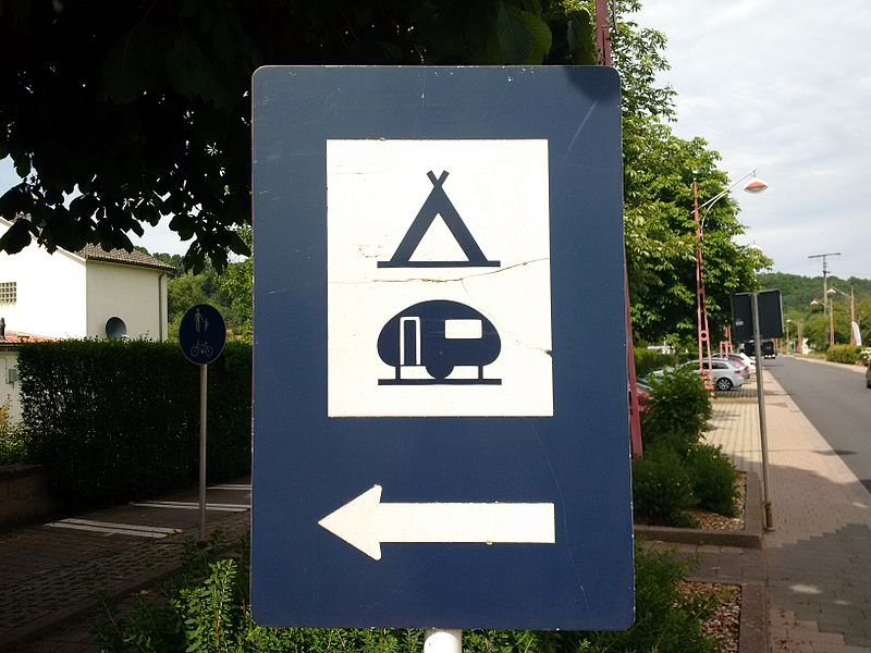 """Verkéiersschëld F, 12 """"Terrain de camping et de caravaning"""" aus dem lëtzebuerger Code de la Route"""