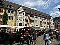 Münstermarkt in Freiburg mit beflaggter Stadtbibliothek anlässlich des Tages des Grundgesetzes 2.jpg