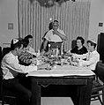 Maaltijd aan het begin van de sabbat. De vader staat aan het hoofd van de tafel , Bestanddeelnr 255-4716.jpg
